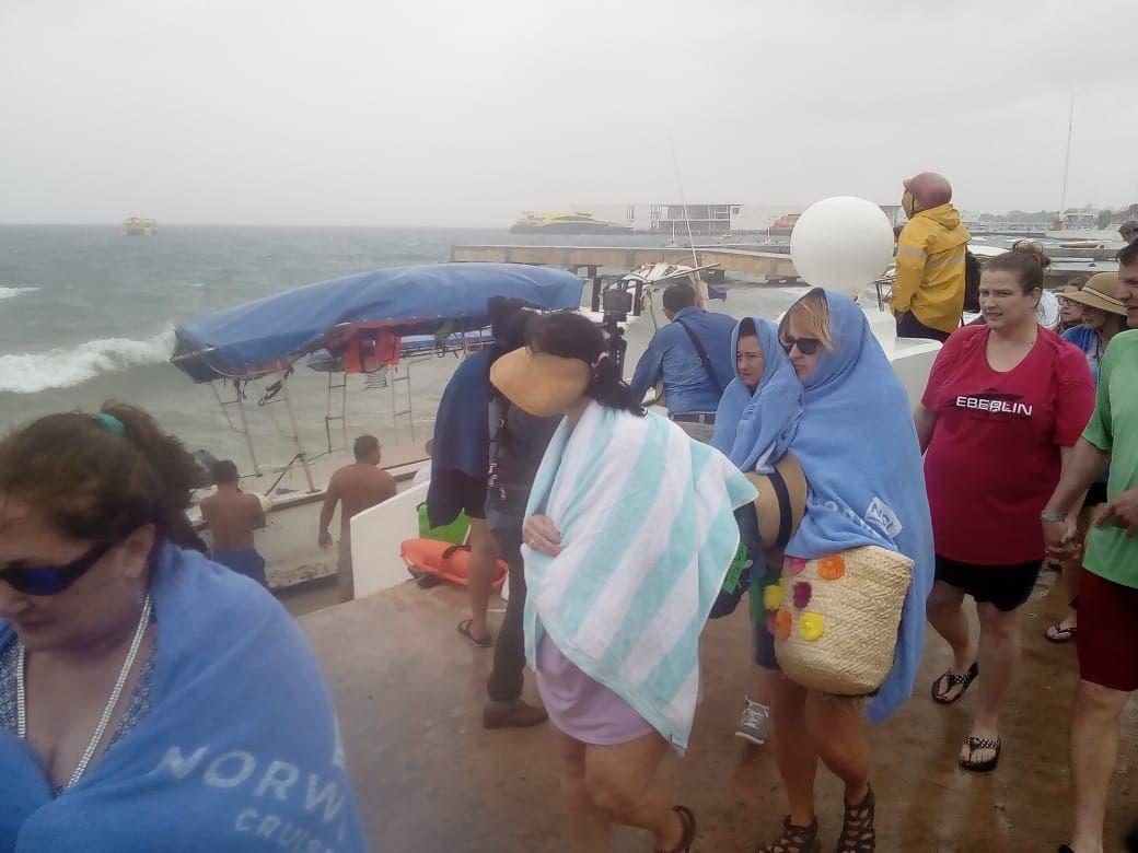 Se voltea embarcación turística con pasajeros abordo ante el mal clima y fuerte oleaje.