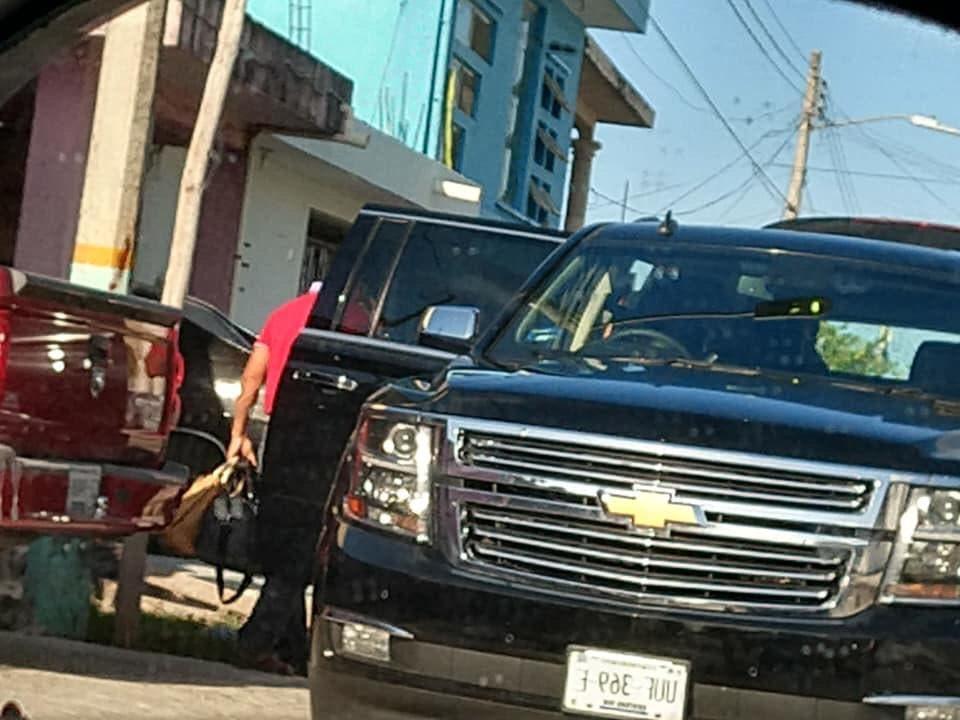 Camioneta en la que viaja el alcalde de Othón P. Blanco