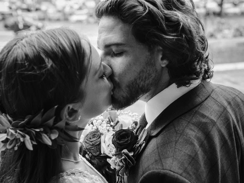 """Hoy 13 de abril celebramos """"El día del beso"""""""