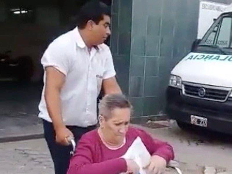 Vídeo: Abuelita se pone mal de salud, conductor desvía camino y la lleva al hospital