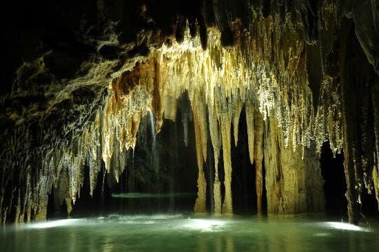 Estalagmitas y estalactitas de cenote. Foto Ilustrativa