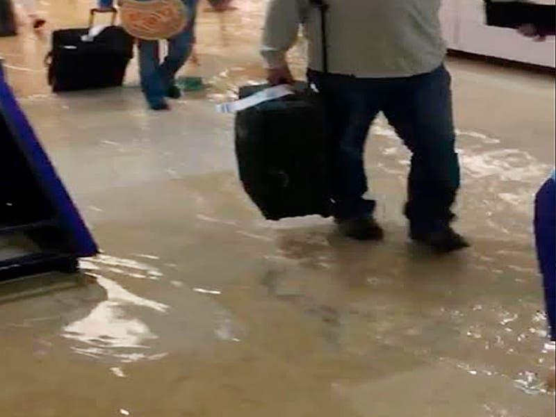 Se inunda terminal del aeropuerto de Cancún