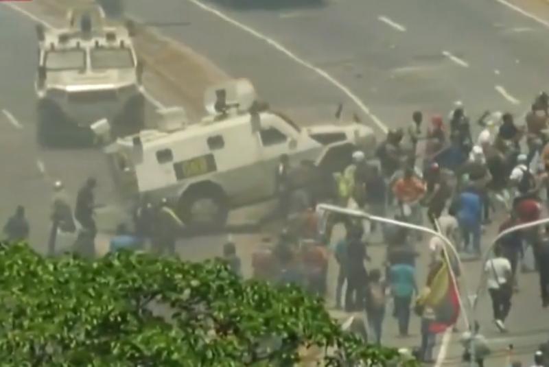 Tanqueta militar arrolla a manifestantes de la oposición en Caracas