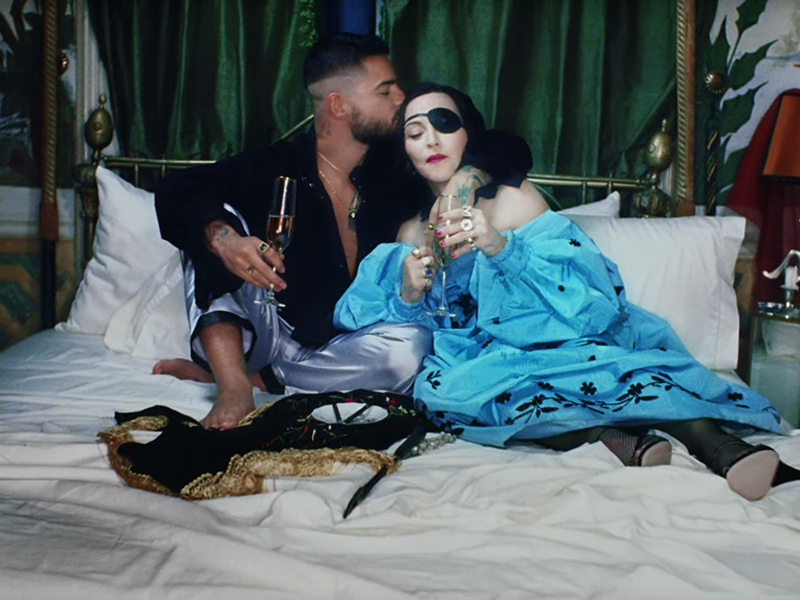 """VIDEO: Madonna y Maluma se muestran muy cariñosos en """"Medellín"""""""