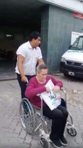 Abuelita saliendo del hospital con el chofer