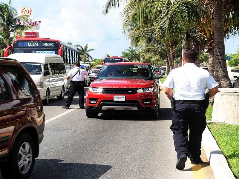 Turistas saturan el bulevar Kukulcán y las playas en Cancún