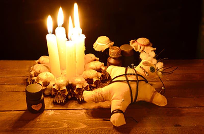 En el cementerio aparecen constantemente muñecos vudús, veladoras con forma humana y hasta pedazos de carne con alfileres.