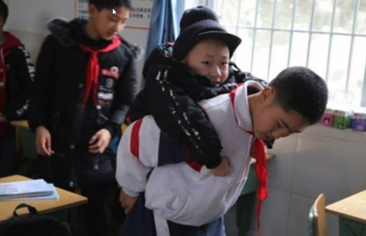 Niño conmueve las redes sociales al llevar cargando a su amigo a la escuela