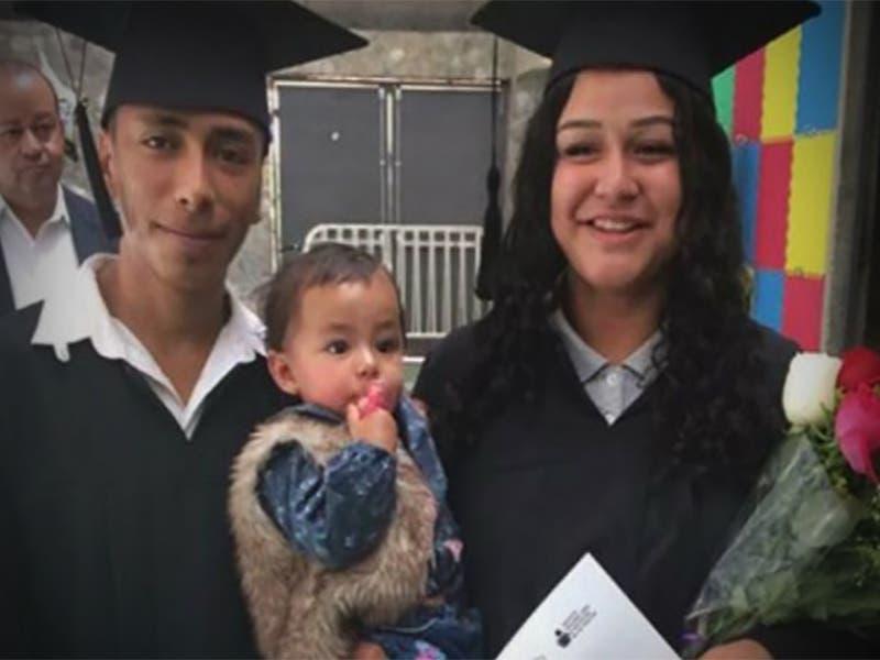 Pareja se gradúa de la secundaria con su bebé en brazos