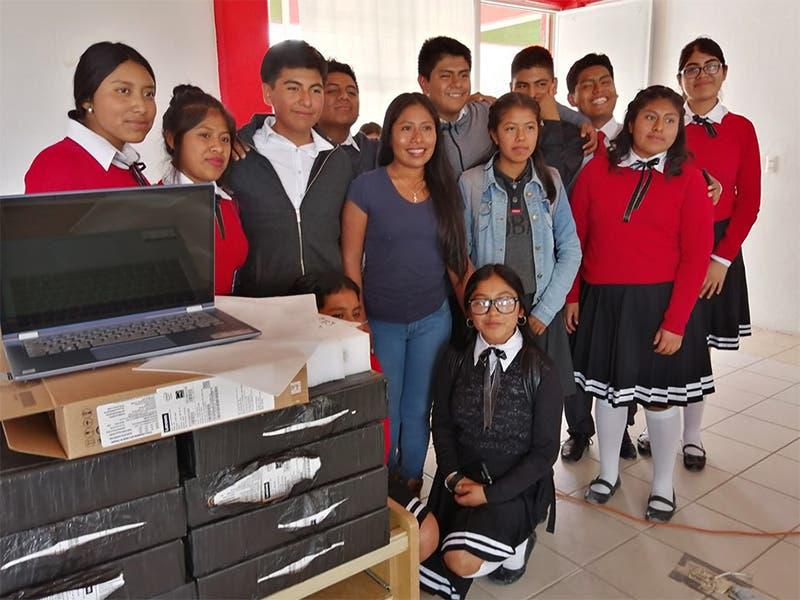 Yalitza Aparicio visita preparatoria y les regala computadoras