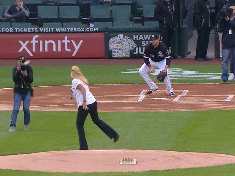 MLB: Aficionada golpea a camarógrafo durante lanzamiento de primera bola