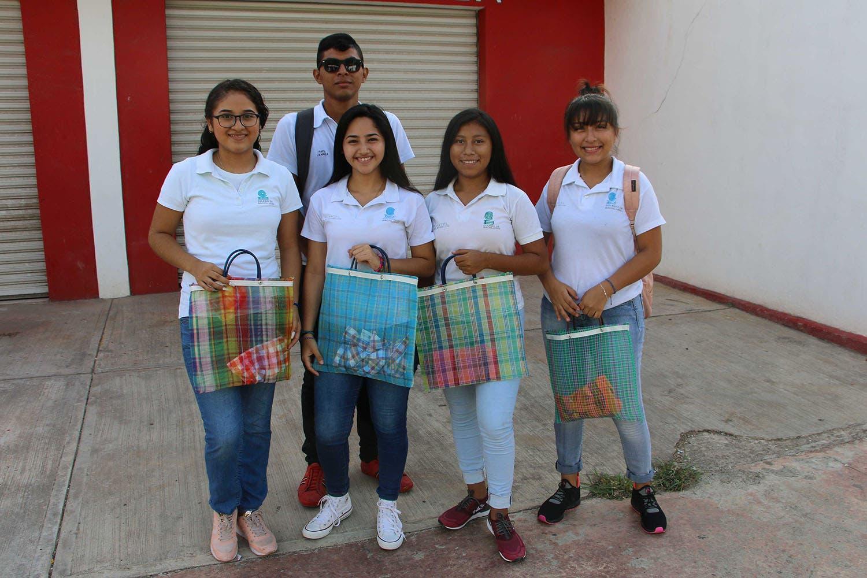 Alumnos del Colegio de Bachilleres regalan sabucanes para evitar el uso de bolsas de plástico