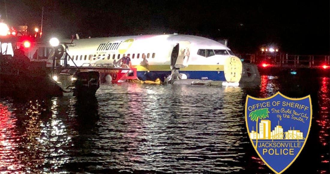 Se despista avión en Florida y cae a un río