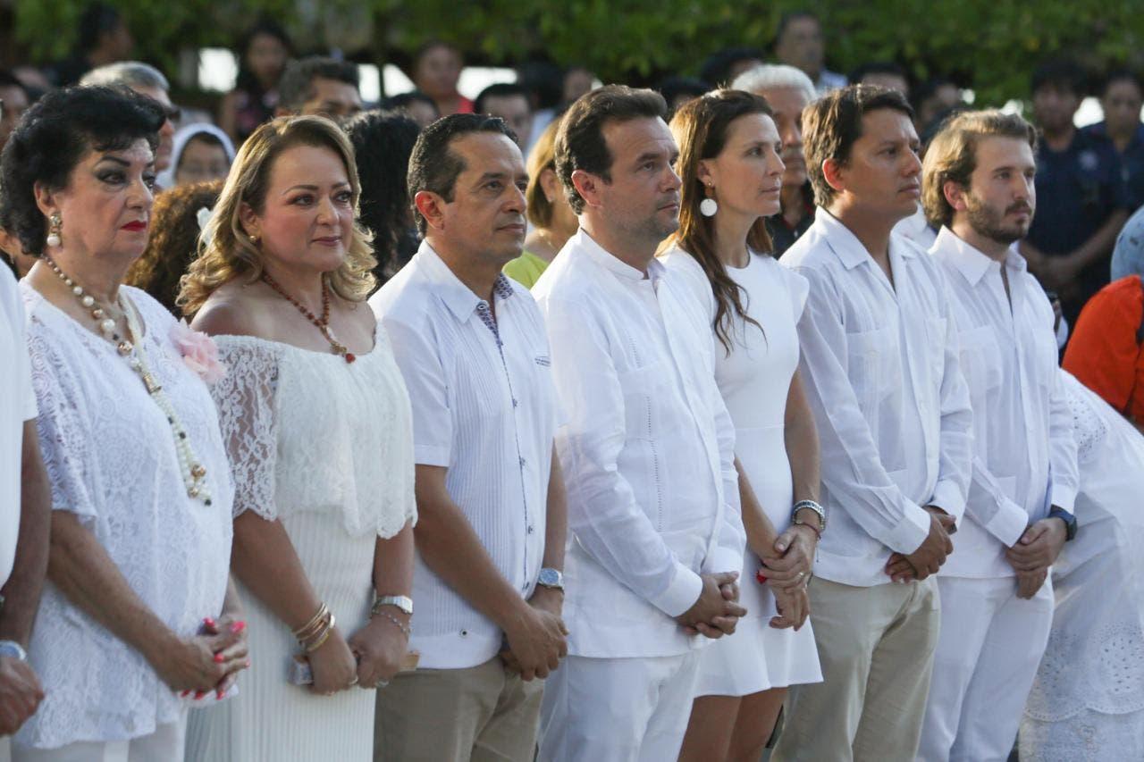El Presidente Municipal de Cozumel, Pedro Joaquín Delbouis, y su esposa, Sra. Mary Mar Abad de Joaquín, acompañaron al Gobernador del Estado de Quintana Roo, Carlos Joaquín González, y su esposa, Sra. Gabriela Rejón de Joaquín,