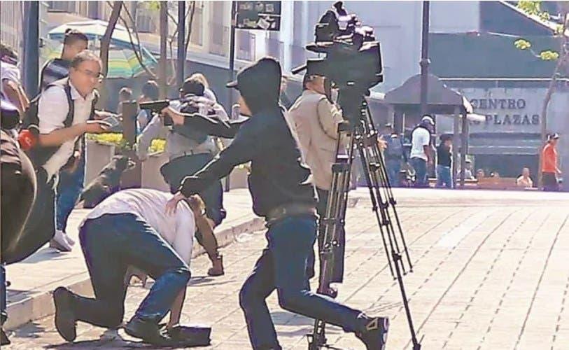 El asesino arremete en contra de los empresarios y la prensa ahí reunida.