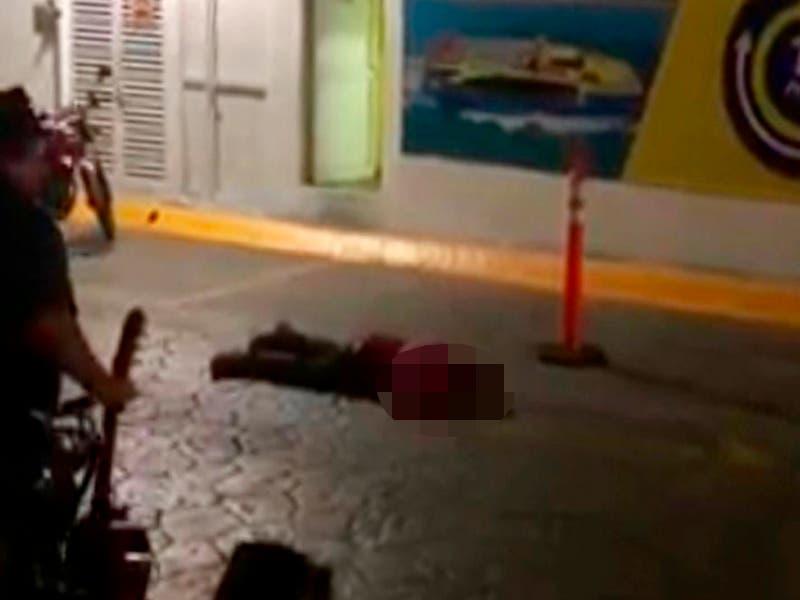 Estacionamiento de Ultramar en Puerto Juárez, Cancún, sujeto que fue ejecutado esta noche.