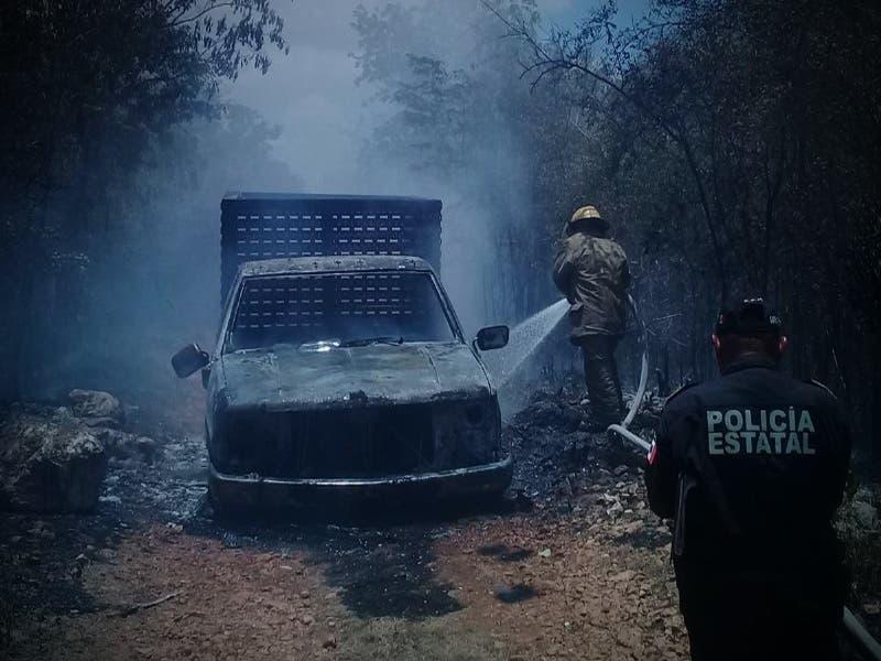Vehículo termina en llamas tras un corto circuito