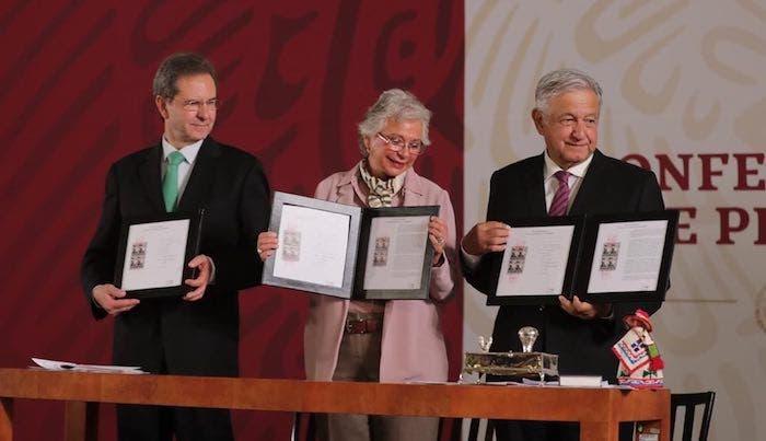 El secretario de Educación Esteban Moctezuma, la titular de Gobernación Olga Sánchez Cordero y el Presidente de México, Andrés Manuel López Obrador, muestran la cancelación del timbre postal por el Día del Maestro.