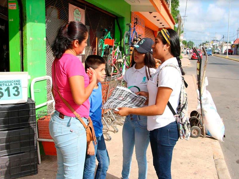 Alumnos regalan sabucanes para evitar el uso de bolsas de plástico