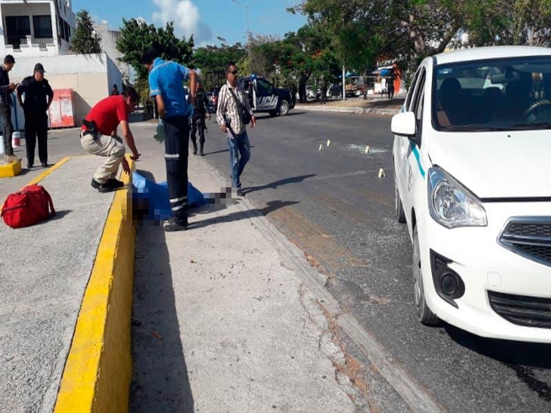 Atacan a balazos a un taxi de Playa del Carmen