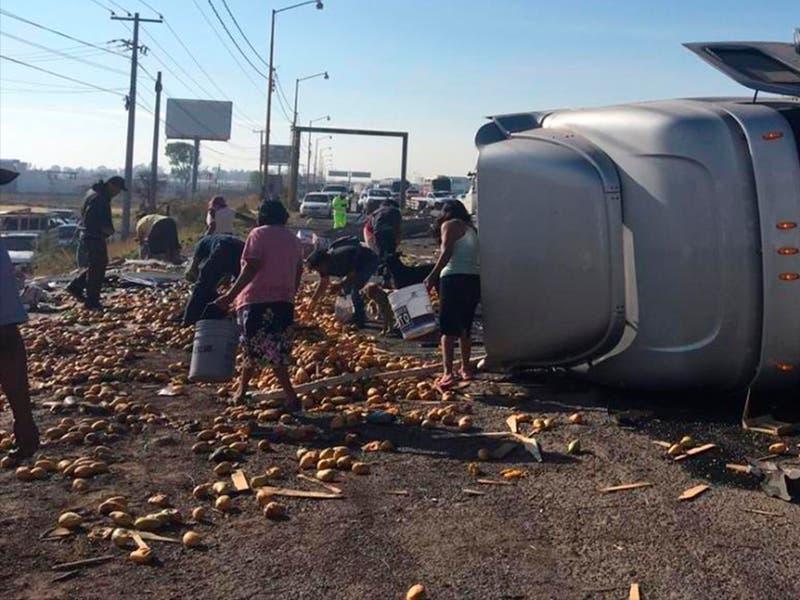 Rapiñan tráiler de frutas volcado en la México-Querétaro