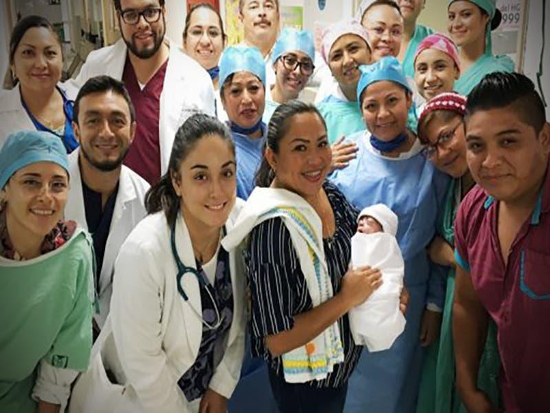 Mujer en estado de coma recibe operación y los médicos rescatan a su bebé prematuro