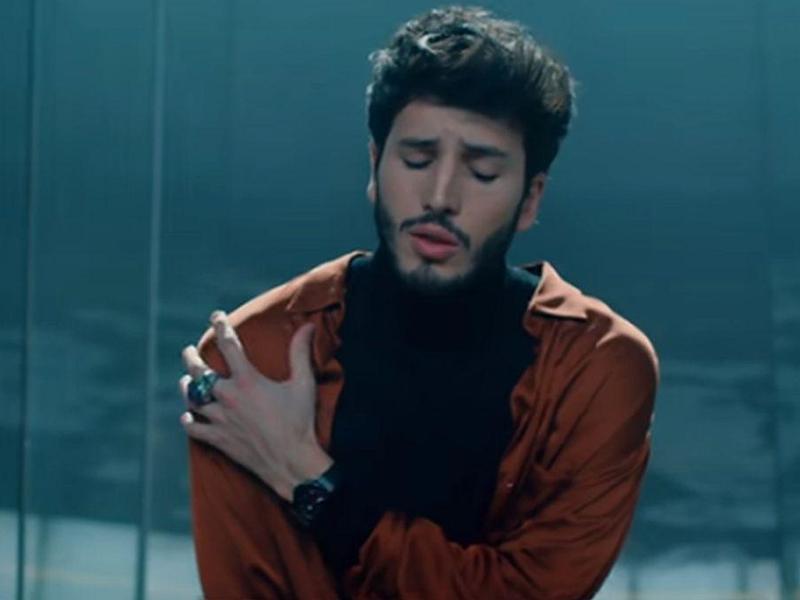 """Sebastián Yatra estrena el videoclip de """"En guerra"""" canción que busca combatir el bullying"""