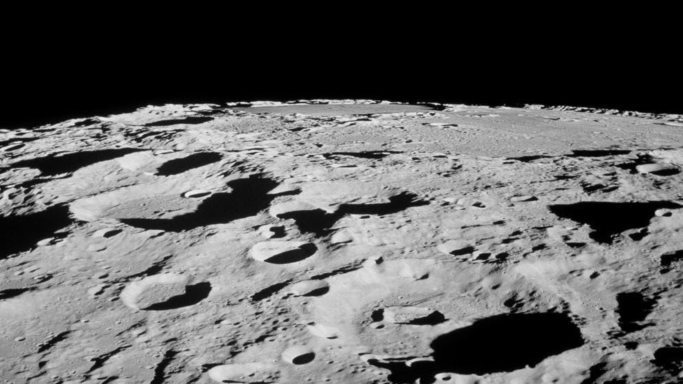 """La NASA ha dado a conocer que la luna está encogiendo y eso podría generar varias cicatrices visibles en la superficie. Y es que especialistas han dado a conocer que el satélite de la Tierra se va achicando a medida que su interior se enfría y se vuelve más delgado. Y es que como ejemplo, los científicos aseguran que al igual que una uva se arruga cuando se reduce a una pasa, la Luna se arruga al encogerse. Pero, a diferencia de la piel flexible de una uva, la corteza superficial de la Luna es frágil, por lo que se rompe a medida que la Luna se encoge. Y es que según la NASA, esta investigación fue posible gracias a la creación de un algoritmo que procesó datos sísmicos tomados en los años sesenta y setenta. Sin embargo, una nueva evidencia que se hizo en el año 2009, señaló que la luna se ha comprimido cerca de 150 pies (aproximadamente 50 metros) durante los últimos cientos de millones de años, poco tiempo considerando el satélite de la Tierra tiene 4,53 miles de millones años de edad. """"Nuestro análisis nos proporciona la primera evidencia de que estas fallas aún están activas y probablemente producen terremotos lunares a medida que la Luna continúa enfriándose y disminuyendo gradualmente"""", reportó Thomas Watters, el científico principal del Centro para Estudios Planetarios y de la Tierra en el Centro Nacional de Aire y Espacio del Museo Smithsonian en Washington. Inclusive, los análisis indica que algunos de los terremotos pueden ser bastante fuertes, llegan a tener una magnitud de cinco en la escala de Richter. La Luna no es el único """"mundo"""" en nuestro sistema solar que experimenta cierta contracción con la edad. Mercurio tiene enormes fallas de empuje, de hasta 1.000 kilómetros de largo y más de 3 kilómetros de altura, que son significativamente más grandes en relación con su tamaño que las de la Luna, lo que indica que se redujo mucho más que esta. Dado que los planetas rocosos se expanden cuando se calientan y se contraen a medida que se enfrían, las grandes """