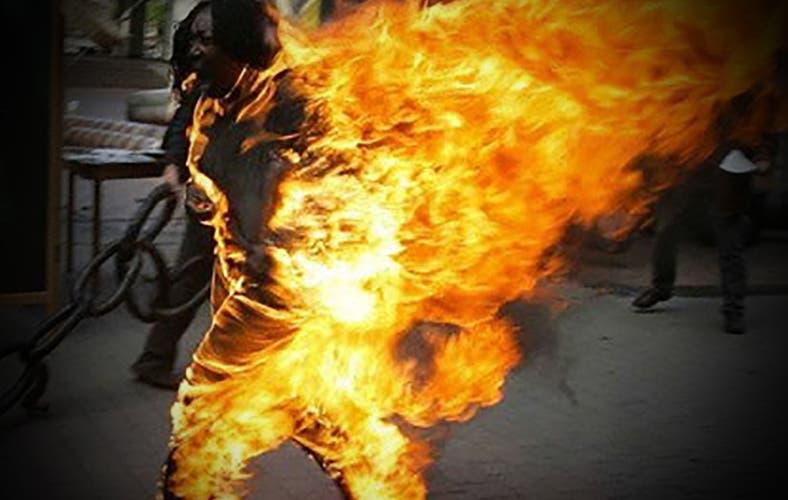 Taxista quema a mujer indigente