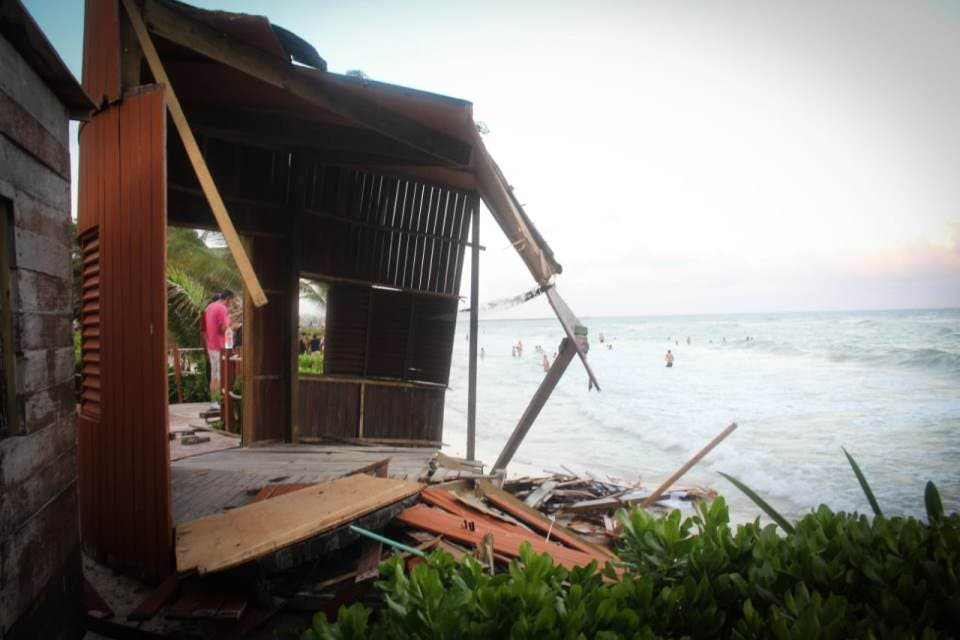 El fuerte oleaje y la erosión de los arenales, debilitaron las estructuras sobre las que descansaba la cabaña de la playa inclusiva en Fundadores.