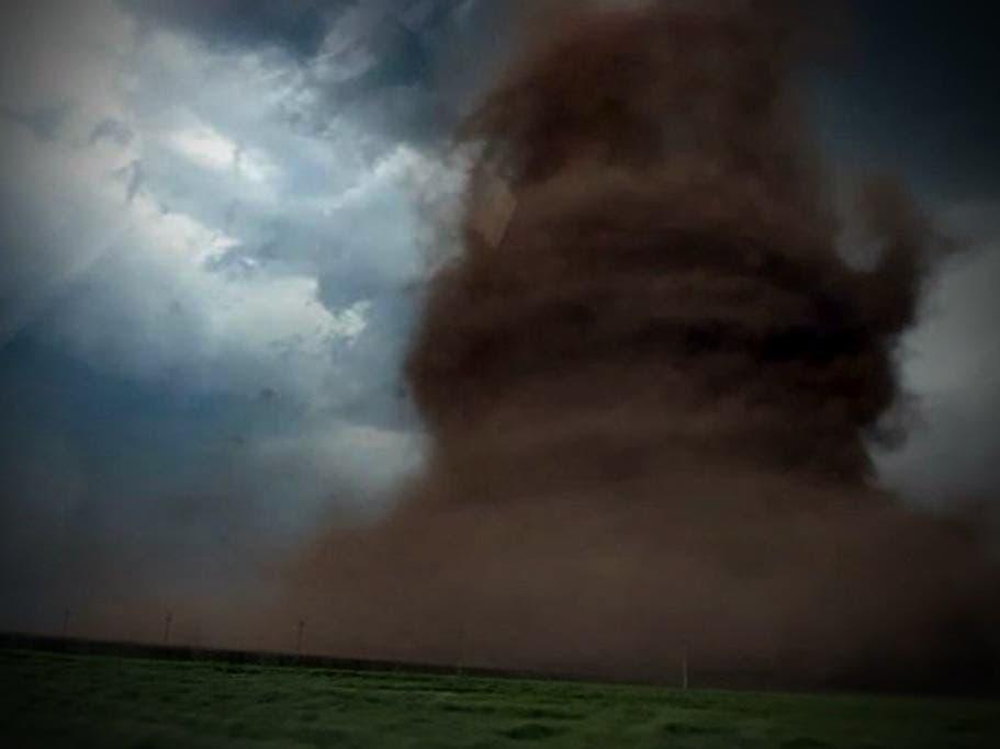 VÍDEO: tornado ENORME levanta un camión de pasajeros y casas en Rumania