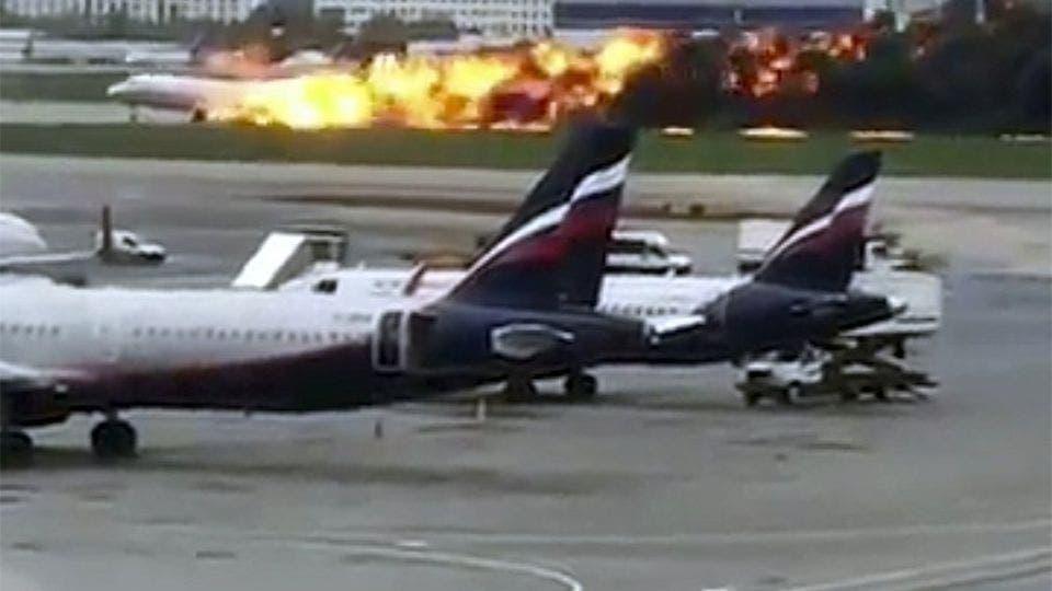 VÍDEO: Pasajeros descienden de avión en llamas