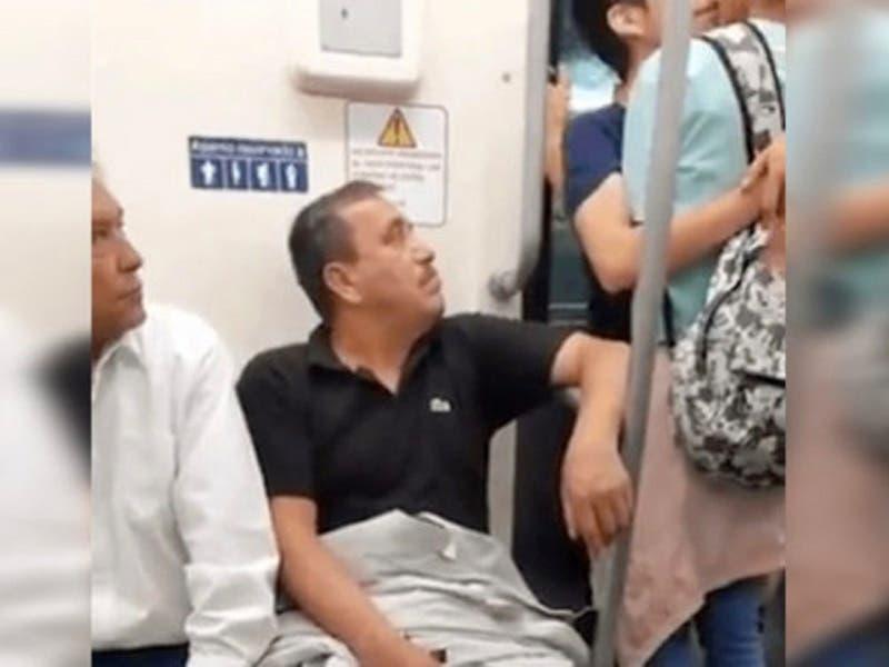 La reacción de un hombre al ver a pareja gay besándose en el metro