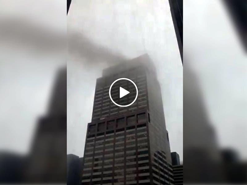 VÍDEO Helicóptero choca contra edificio en Nueva York