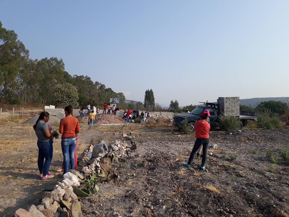 Además de donar parte de la beca que reciben bimestralmente, los alumnos del Telebachillerato Comunitario La Monja acuden personalmente a la obra de construcción de su escuela para ayudar.