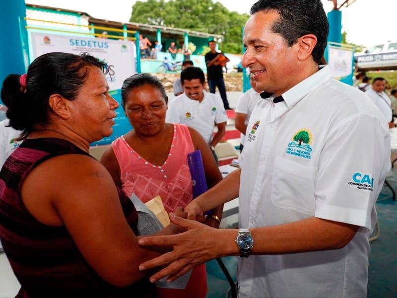 """Para disminuir la desigualdad, el gobernador Carlos Joaquín puso en marcha el programa """"Internet en Pueblos de Quintana Roo"""""""