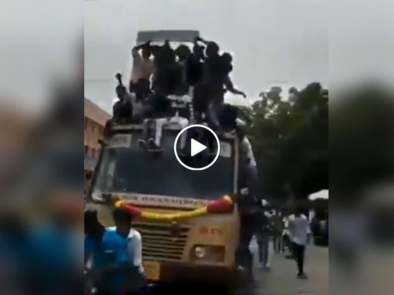 VÍDEO: Autobús con sobrecarga de pasajeros frena y se accidenta
