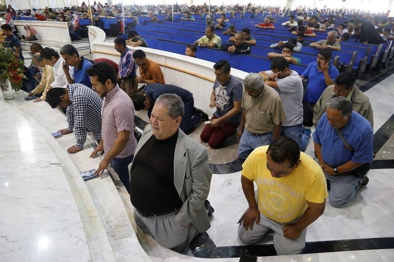 Fieles de la Iglesia La Luz del Mundo se congregan para rezar por la liberación de su líder, Naasón Joaquín García, detenido en Estados Unidos por acusaciones de trata de personas, pornografía infantil y abuso sexual de menores.