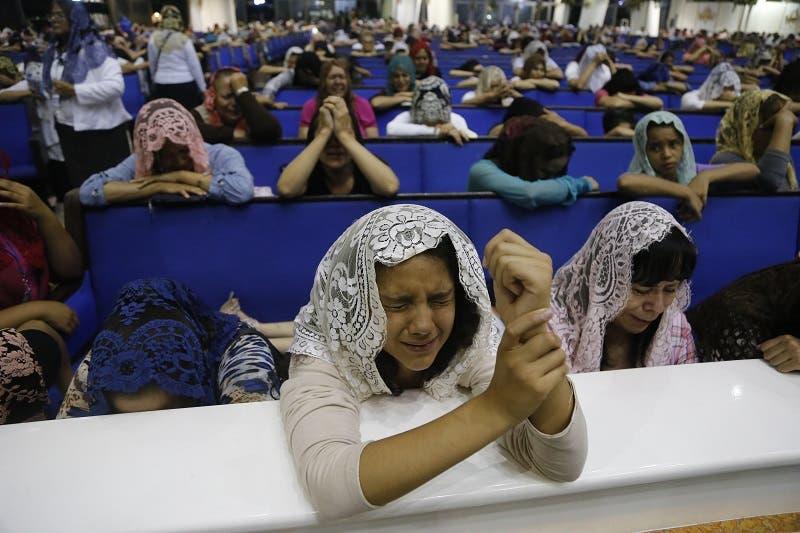 Fieles de la evangélica Iglesia la Luz del Mundo se congregan durante la madrugada, en su sede de Guadalajara, para rezar por la liberación de su líder, Naasón Joaquín García, detenido en Estados Unidos.