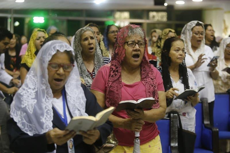 """Con llanto y oraciones, dentro y fuera del templo, los fieles se arrodillaban cuando en los altavoces se pedía a Dios darle a García """"toda la fortaleza"""" para salir adelante de esta """"encrucijada"""" de la que """"saldrá sin mancha""""."""