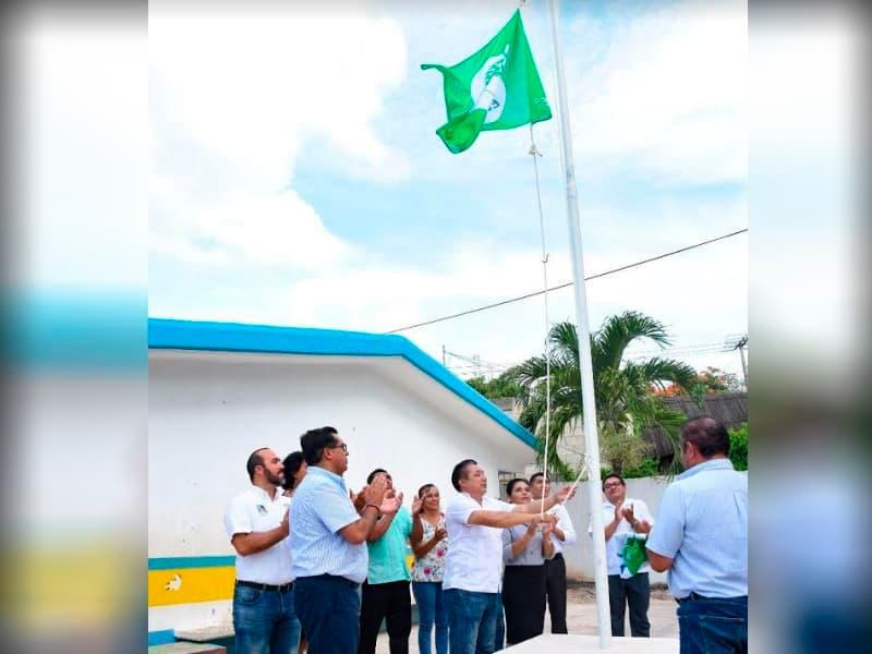 El secretario de Desarrollo Humano, Juan López Toox, encabeza la ceremonia de izamiento en la primaria Simón Bolívar, turno vespertino