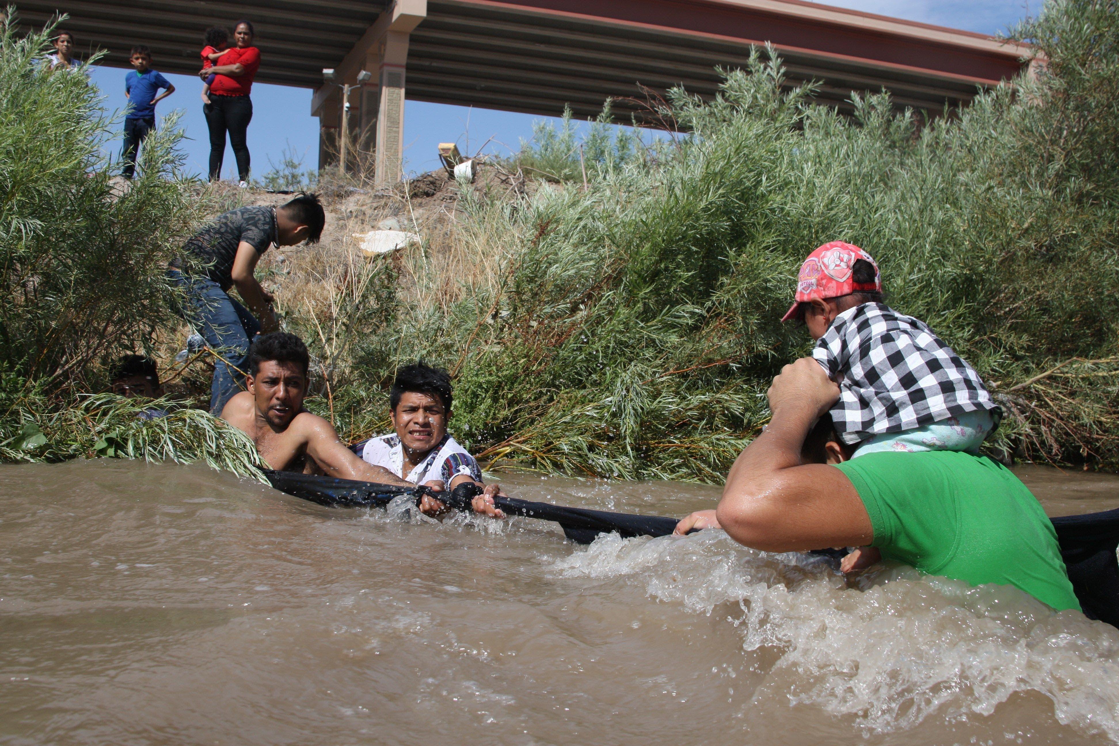 Migrantes centroamericanos cruzan el Río Bravo debajo del puente Internacional en Ciudad Juárez, Chihuahua.