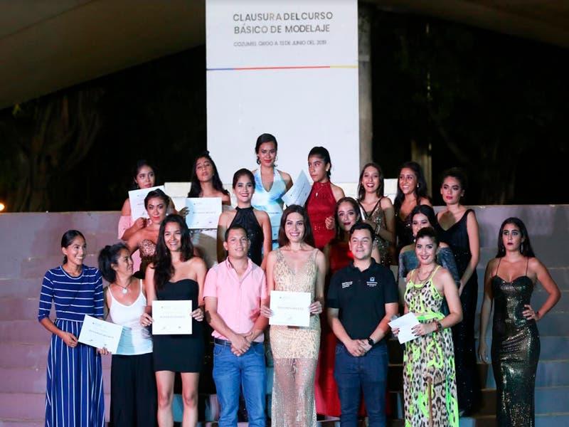 Con una pasarela concluye curso de modelaje en Cozumel