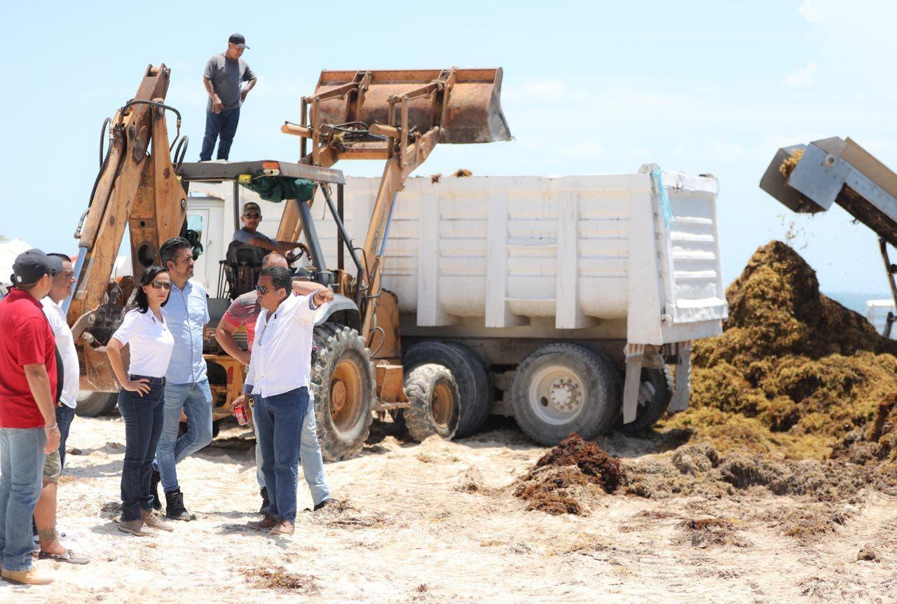 Laura Fernández verifica el funcionamiento de las barreras marinas y las bandas anfibias y terrestres para atender la contingencia del sargazo