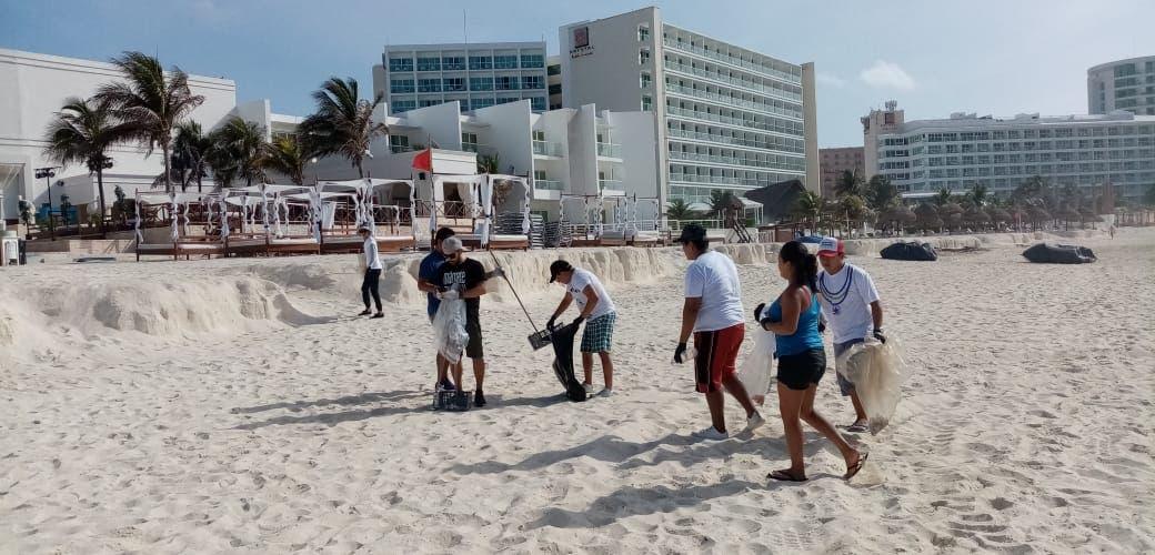 """""""Limpieza de Playa"""" en Cancún convoca a decenas de voluntarios"""