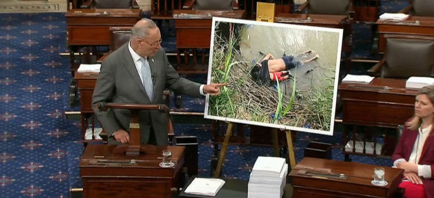 El senador demócrata Chuck Schumer mostró la fotografía de Oscar y Valeria, el hombre salvadoreño y su hija muertos ahogados en el Río Bravo el pasado fin de semana.