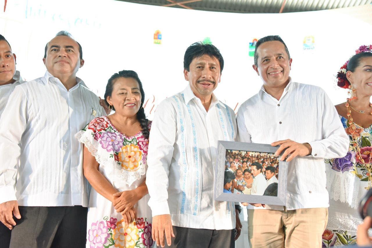 Acompañado del gobernador, Carlos Joaquín González, encabeza la sesión solemne por el XI aniversario de la creación de Tulum.