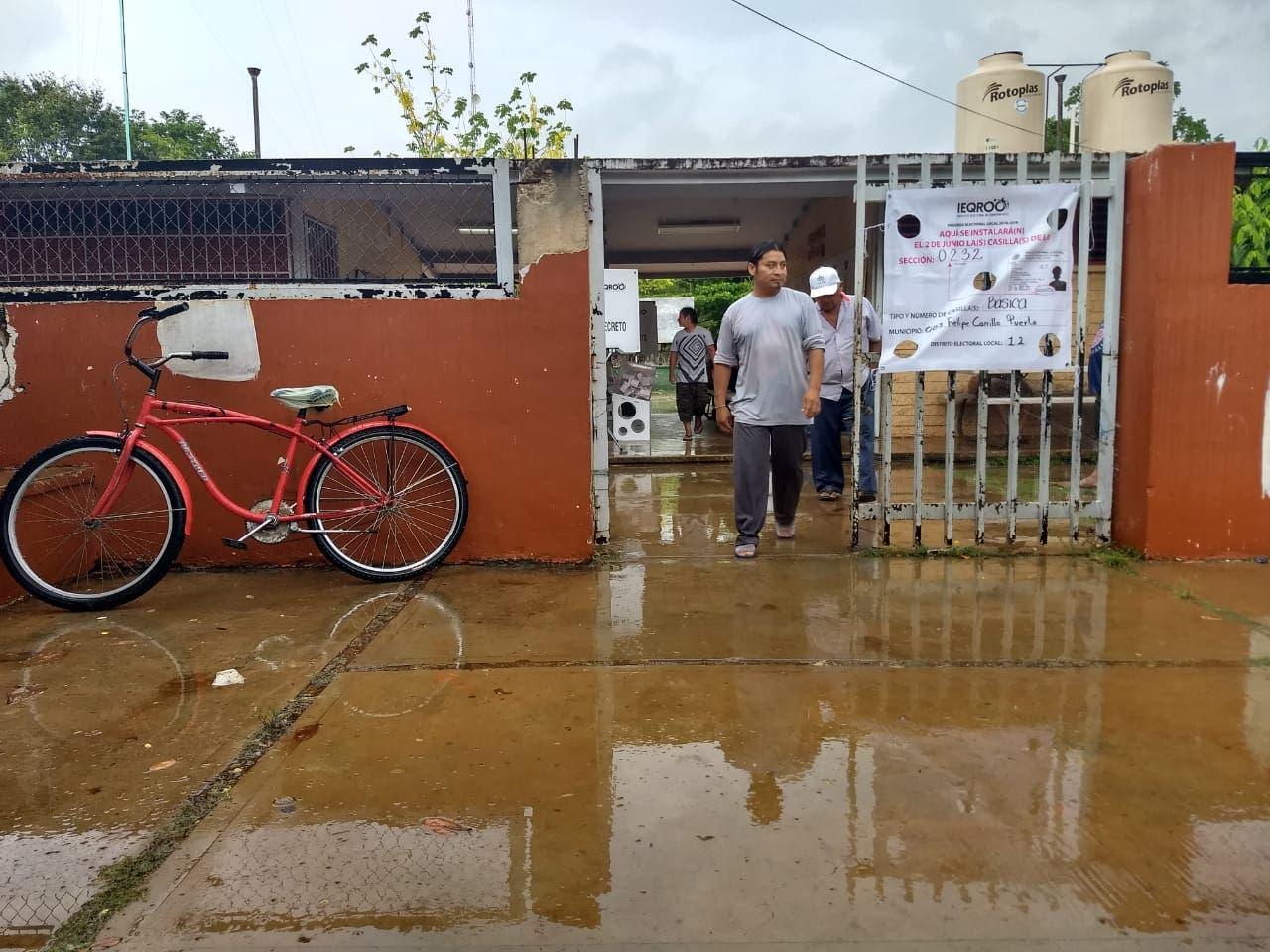 """""""No es la lluvia, es la falta de interés"""", señaló uno de los votantes que se identificó como Don José."""