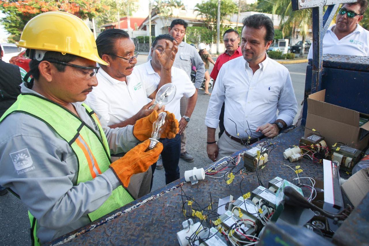 Supervisa Pedro Joaquín avances en la renovación del alumbrado público en Cozumel