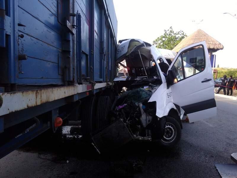 Muere un pasajero en choque de van en Playa del Carmen.